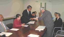 環境安全部長に申し入れ書を手渡す嶋垣代表