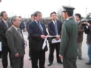 陸自金沢駐屯地で抗議文を手渡す