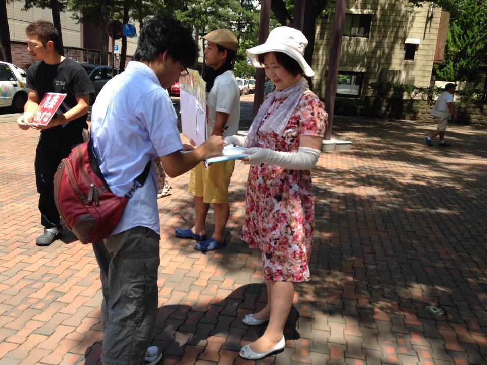戦争法に反対する全国署名に署名する市民Ⅱ